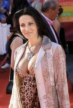 Алика Смехова в платье с глубоким декольте