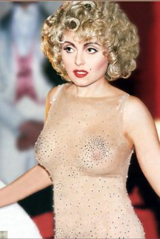 Анжелика Варум засветила грудь в сценическом платье