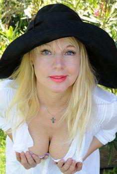 Елена Кондулайнен показывает стриптиз в эротическом белье, Июнь 2010