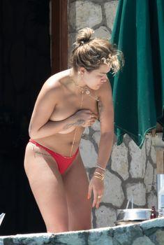 Рита Ора без купальника на Ямайке, 2017