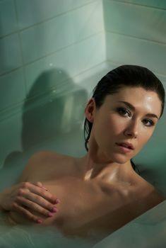 Обнажённая Джуэл Стэйт в ванной в TJ Scott Photobook, 2013