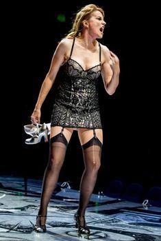 Эротический наряд Люси Лоулесс в мюзикле Chicago, 2013