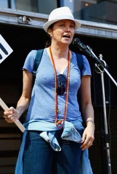 Люси Лоулесс без лифчика во время протестов в Окленде, 2014
