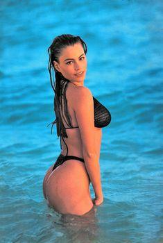 Пышная попка София Вергары в календаре Swimsuit, 1994