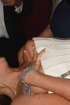 София Вергара засветила сиську на церемонии Emmy Award, 2014