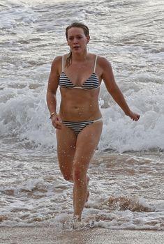 Сексуальная фигура Хилари Дафф в бикини на пляже Мауи, 2016