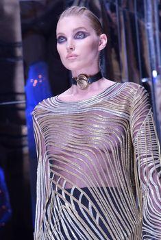 Эльза Хоск без лифчика на Paris Fashion Week, 02.03.2017