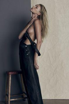 Голая грудь Эльзы Хоск в журнале So It Goes, 2015