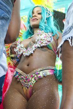 Откровенные декольте Рианны на карнавале в Барбадосе, 2017