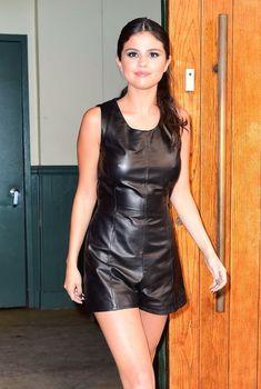 Селена Гомес без лифчика на Fashion Show в Нью-Йорке, 11.09.2015