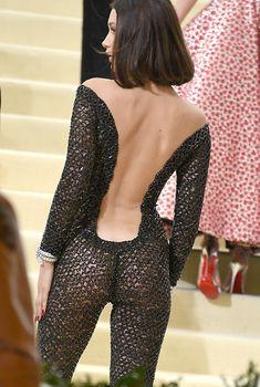 Аппетитная попка Беллы Хадид в сексуальном костюме на MET Costume Institute Gala, 01.05.2017