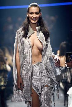 Белла Хадид дефилирует в откровенном наряде на Gala Runway Show, 19.05.2016