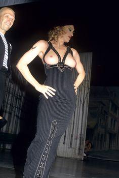 Мадонна показала голую грудь на Fashion Show, 1992