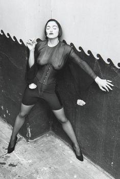 Через прозрачную блузку Мадонны видно голую грудь, 1990