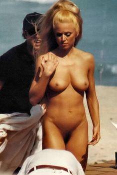 Совершенно голая Мадонна на пляже Майами, 1992