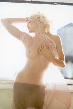 Нежная Мадонна позирует топлесс для Vanity Fair, 1991
