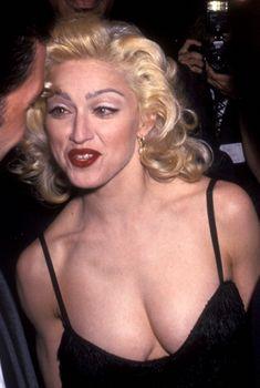 Мадонна в платье с открытым декольте на Tribute to Andrew Lloyd Weber, 25.02.1995