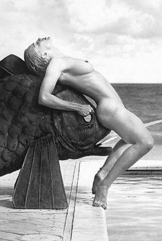 Раздетая Мадонна на бронзовом карпе из книги «Секс», 1992