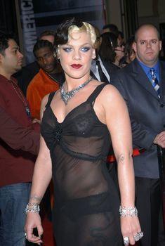 Пинк в прозрачном платье на Annual American Music Awards, 16.11.2003