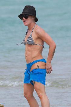 Спортивная Пинк в бикини на пляже Майами, 25.02.2013