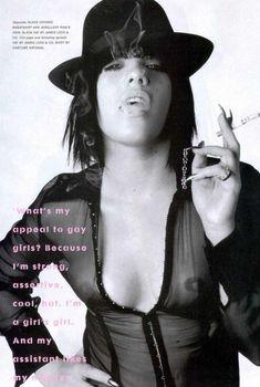 Сочные сосочки Пинк под прозрачной блузкой в журнале The Face, 2002