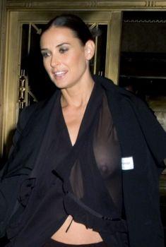 Деми Мур без лифчика в прозрачной блузке