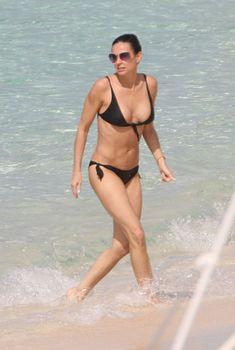 Сексуальная Деми Мур в бикини гуляет по пляжу