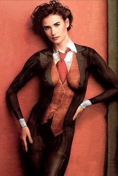 Раздетая Деми Мур в нарисованном костюме