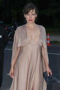 Милла Йовович в платье с глубоким декольте в Париже, 06.07.2016