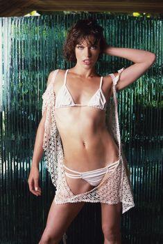 Милла Йовович в сексуальных купальниках для Maxim