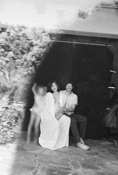 Беременная Милла Йовович в откровенном наряде со своей семьёй