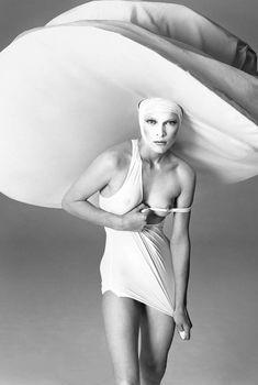Голая грудь Миллы Йовович на фотографии от Ричарда Аведона, 1998