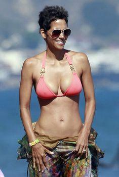 Холли Берри в сексуальном купальнике отдыхает на пляже Малибу