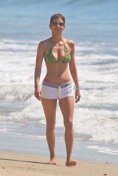 Холли Берри в ярком бикини гуляет по пляжу