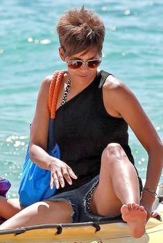 Сексуальная Холли Берри раздвинула ножки в Мауи, 27.08.2014