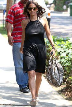Соски Холли Берри торчат сквозь платье на прогулке