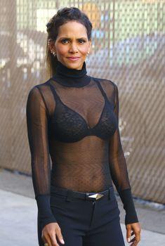 Холли Берри в прозрачной блузе прибывает на Kimmel live, 2015