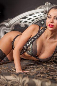 Елена Беркова в откровенном нижнем белье на кровати