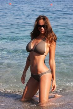 Пышногрудая Алена Водонаева в бикини на пляже