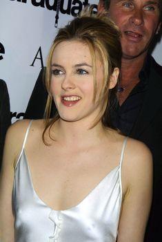Алисия Сильверстоун засветила соски в атласном платье