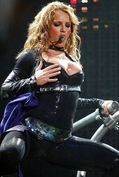 Большая грудь Бритни Спирс в глубоком декольте на сцене во Флориде, 28.03.2004