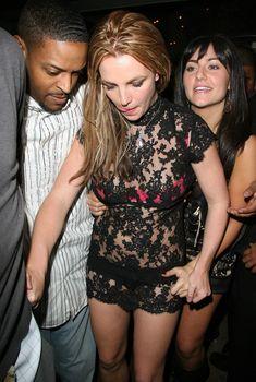 Неугомонная Бритни Спирс засветила розовое бельё под прозрачным платьем