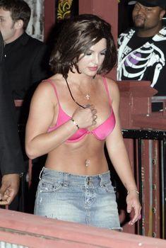 Пикантный образ Бритни Спирс в розовом лифчике на улицах Лос-Анджелеса, 03.05.2007