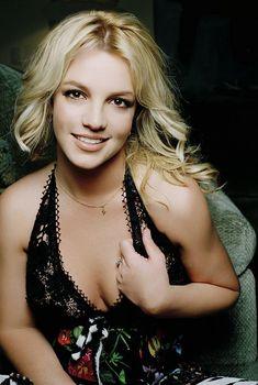 Красивая Бритни Спирс засветила голую грудь в фотосессии