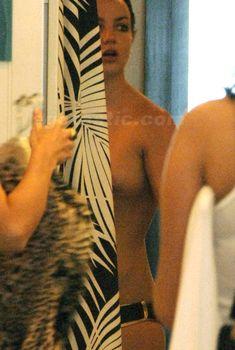 Бритни Спирс топлесс переодевается в магазине, 2007