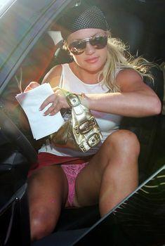 Сексуальная Бритни Спирс раздвинула ножки и засветила трусики