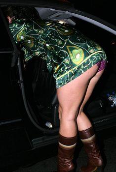 Эротичная Бритни Спирс наклонилась и засветила трусики в горошек