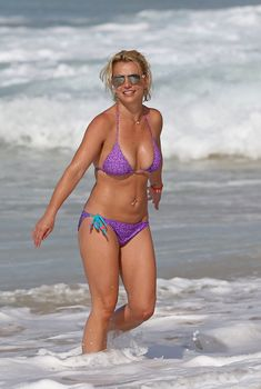 Красивая Бритни Спирс в ярком купальнике на пляже, 2015