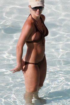 Бритни Спирс в сексуальном бикини отдыхает на пляже, 2009