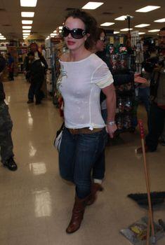 Бритни Спирс засветила грудь в прозрачной футболке, 2008